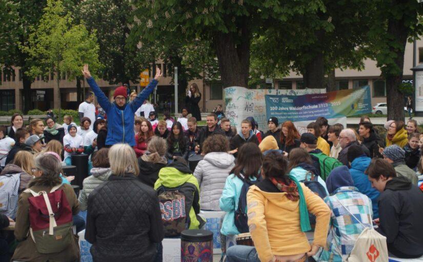 Bericht über den großen Drum Circle auf dem Königsplatz in der StadtZeitung Augsburg